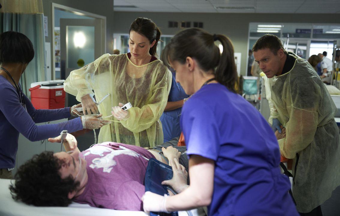 Als Alex (Erica Durance l.) und Charlie (Michael Shanks, r.) ihre erste gemeinsame Schicht haben, erkennt Charlie, dass sich für ihn vor dem Koma ei... - Bildquelle: 2013  Hope Zee Two Inc.
