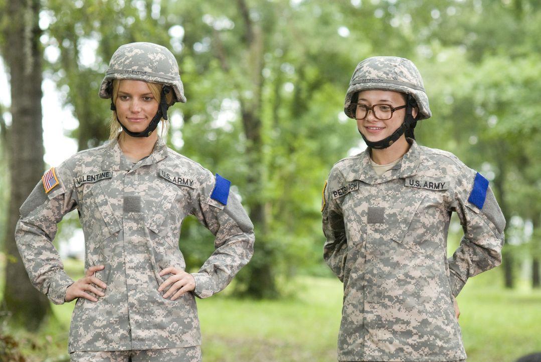 Megan Valentine (Jessica Simpson,l.) und ihr Kadett Petrovich (Olesya Rulin, r.) betrachten stolz ihr gemeinsames Werk. - Bildquelle: 2007 MAJOR PRODUCTIONS, INC.