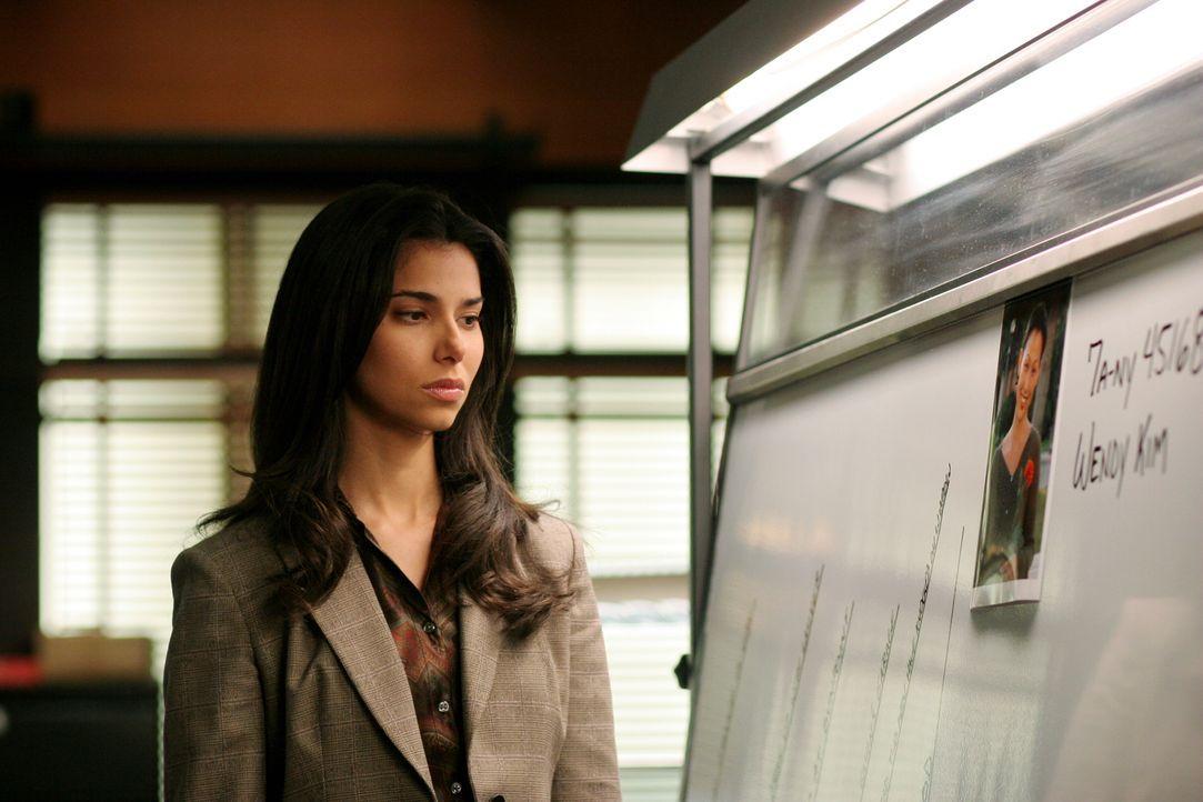 Noch immer kann sich Elena (Roselyn Sanchez) das Verschwinden von Wendy nicht erklären ... - Bildquelle: Warner Bros. Entertainment Inc.