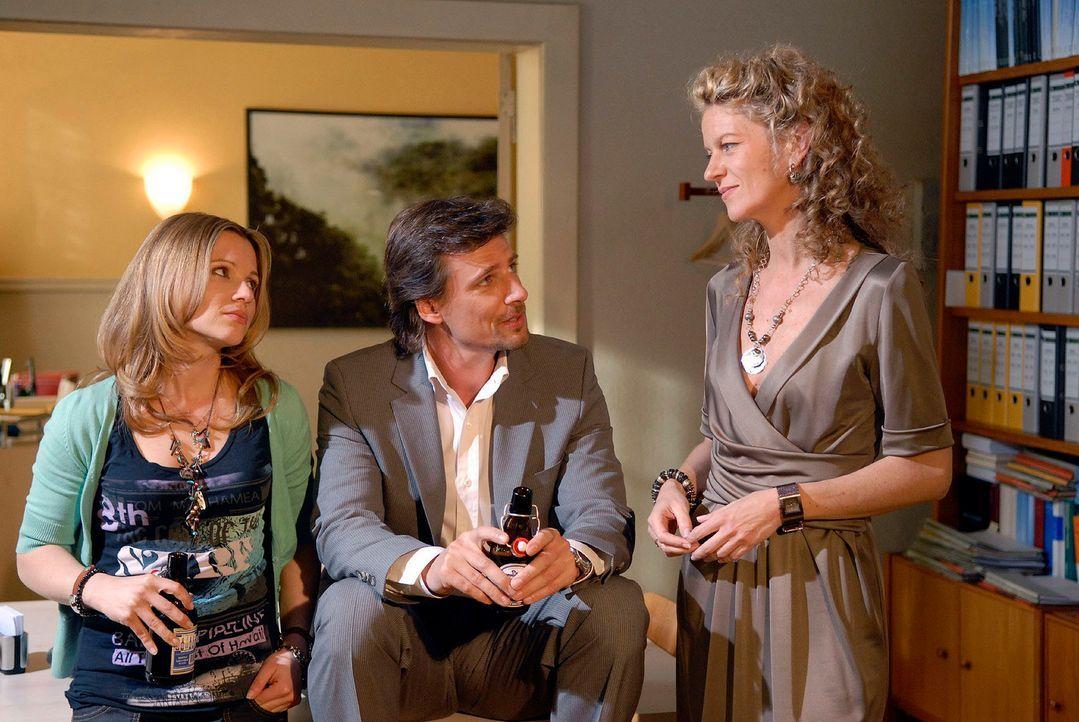 Alex (René Steinke, M.) gibt Barbara (Anuk Ens, r.) und Sophie (Daniela Preuß, l.) für den Fall Heidi Ziegenbalk einen Tipp ... - Bildquelle: Christoph Assmann Sat.1