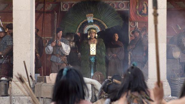 Moctezuma Ramon Tikaram, M.) schickt seine Boten mit Geschenken aus Gold, Sil...
