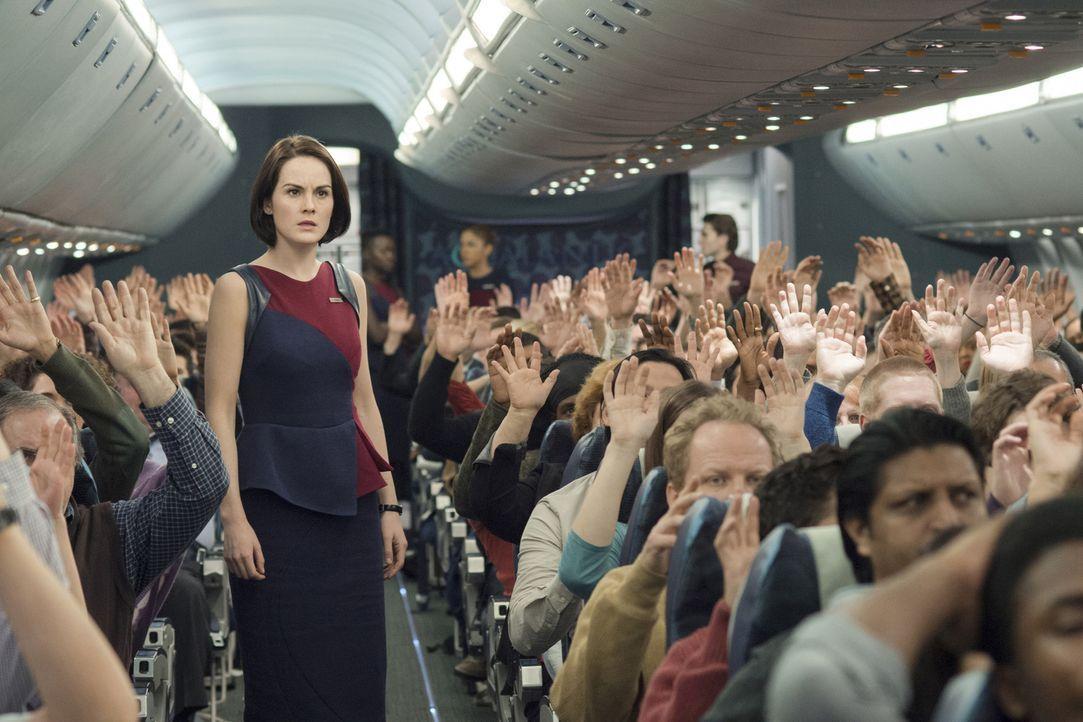 Zuerst stirbt ein Air-Marshall, dann der Pilot und schließlich ein Passagier - und nun muss sich Stewardess Nancy (Michelle Dockery, M.) auch noch m... - Bildquelle: Myles Aronowitz 2014 TF1 FILMS PRODUCTION S.A.S STUDIOCANAL S.A. ALL RIGHTS RESERVED.