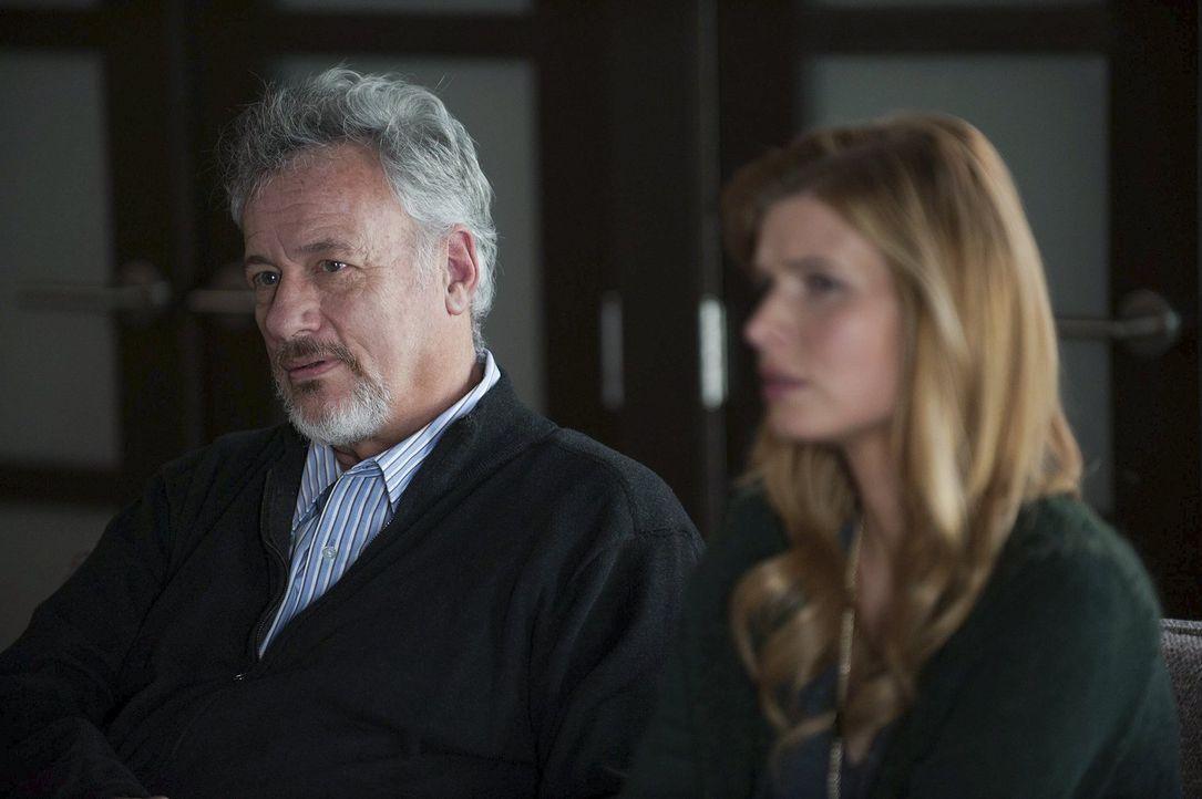 Der Psychiater Feinberg (John de Lancie, l.) und seine Frau Mae (Jud Taylor, r.) sind entsetzt, als Jane und Lisbon sie mit ihrem Verdacht konfronti... - Bildquelle: Warner Bros. Television