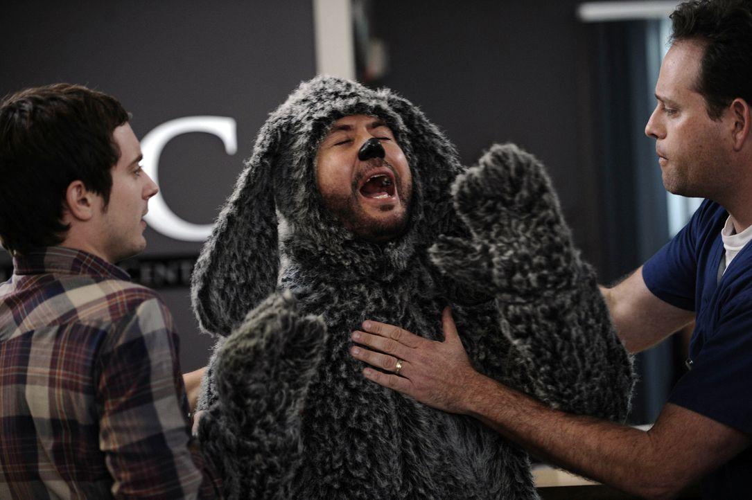 Ryan Newman (Elijah Wood, l.) hat seiner Nachbarin versprochen, mit ihrem Hund Wilfred (Jason Gann, M.) zum Tierarzt (Rodney To, r.) zu gehen - ein... - Bildquelle: 2011 FX Networks, LLC. All rights reserved.