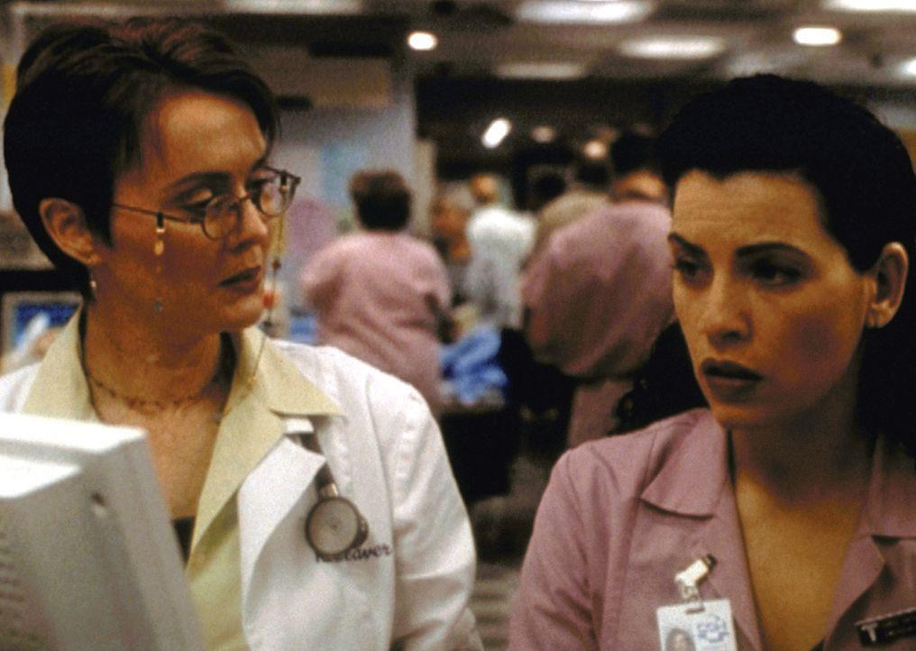 Kerry Weaver (Laura Innes, l.) und Carol Hathaway (Julianna Margulies) können nicht fassen, wie jemand sein eigenes Kind aussetzen kann. - Bildquelle: TM+  2000 WARNER BROS.