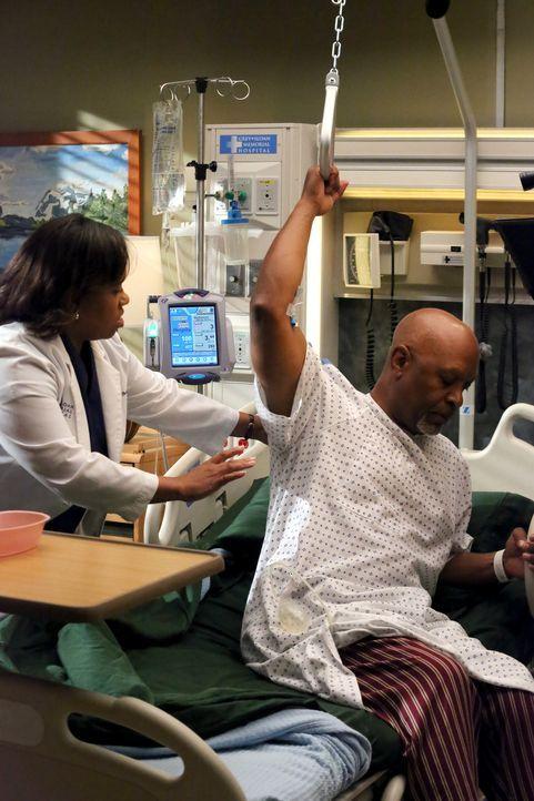Dr. Webbers (James Pickens Jr., r.) Blutwerte werden zunehmend schlechter. Alle, darunter auch Bailey (Chandra Wilson, l.), sind um Richard bemüht,... - Bildquelle: ABC Studios