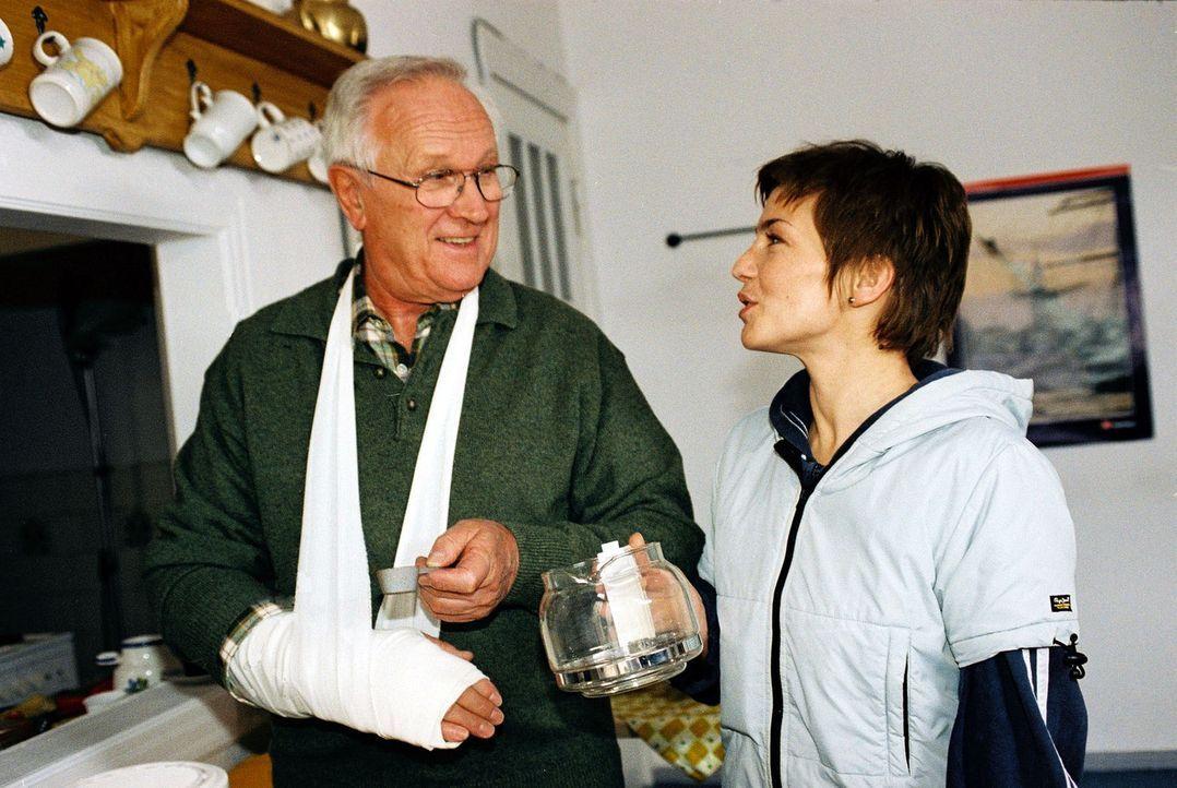 Opa Reinhold (Alfred Müller, l.) hat sich den Arm gebrochen und zieht deshalb übergangsweise zu Stephanie (Claudia Schmutzler, r.) in die WG. - Bildquelle: Monika Schürle Sat.1