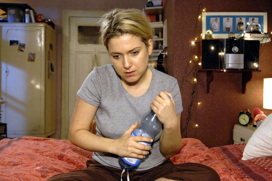 Anna (Jeanette Biedermann) leidet unter dem Tablettenentzug ... - Bildquelle: Claudius Pflug Sat.1