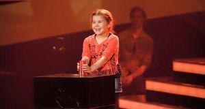 "Larissa performt den Cup-Song bei ""The Voice Kids""."