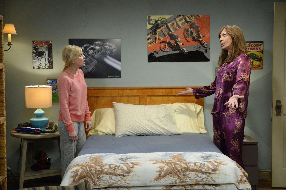 Als Bonnie (Allison Janney, r.) im Scherz vor ihren Freundinnen Christys (Anna Faris, l.) Studienleistungen herabwürdigt, ist diese verletzt. Bonnie... - Bildquelle: 2015 Warner Bros. Entertainment, Inc.