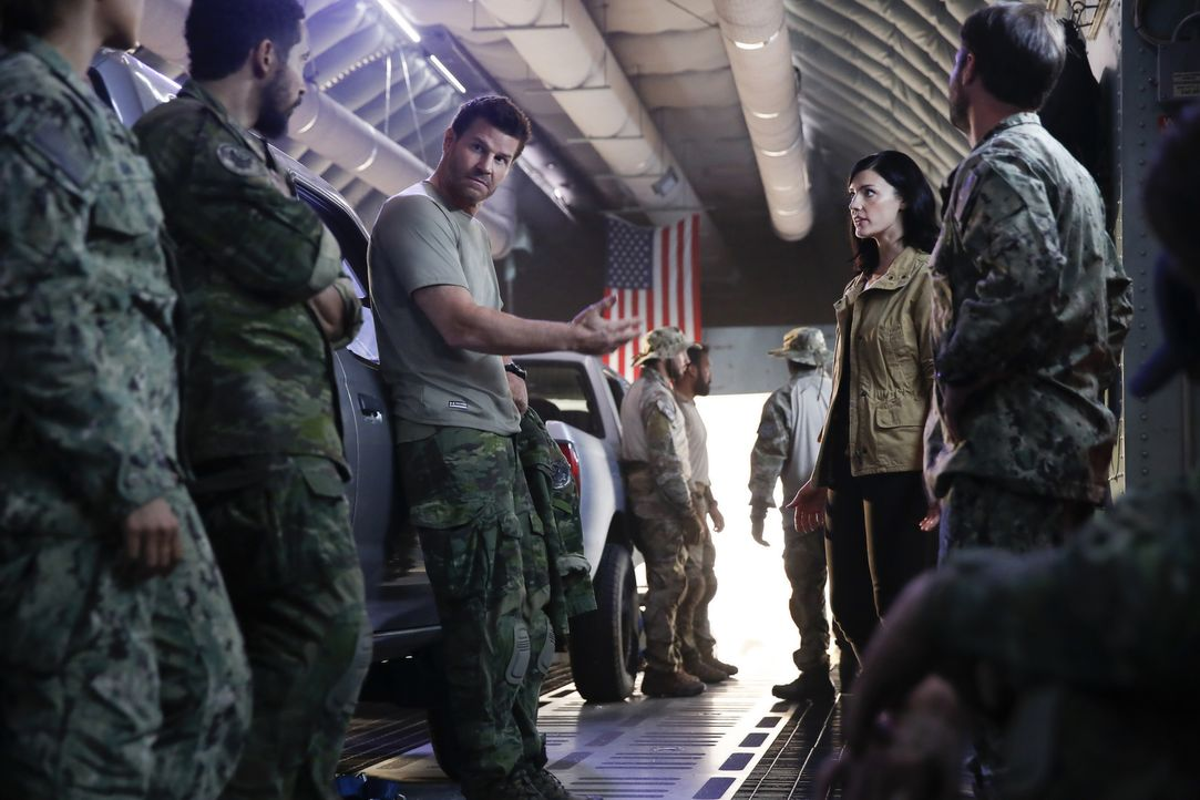 Als in Brasilien eine CIA-Agentin von Unbekannten entführt wird, schickt Mandy Ellis (Jessica Paré, 2.v.r.) Jasons (David Boreanaz, M.) SEAL Team in... - Bildquelle: Cliff Lipson Cliff Lipson/CBS  2017 CBS Broadcasting, Inc. All Rights Reserved