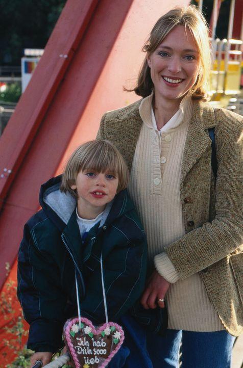 Nach der Trennung von ihrem Mann will Sarah (Katja Weitzenböck, r.) zusammen mit ihrem Sohn Beni (Dominik Janisch, l.) von vorn anfangen. - Bildquelle: Sat.1