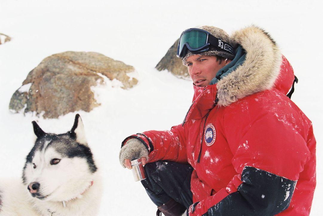 Nur ungern begibt sich Hundeschlittenführer Jerry Shepard (Paul Walker) mit dem arroganten Geologen Davis McClaren auf die Expedition. Denn es ist... - Bildquelle: Chris Large Walt Disney Pictures. All rights reserved.
