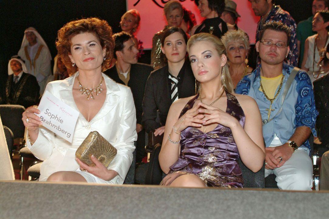 Sophie (Gabrielle Scharnitzky, l.) und Kim (Lara-Isabelle Rentinck, r.) warten gespannt auf die Präsentation. - Bildquelle: Monika Schürle Sat.1