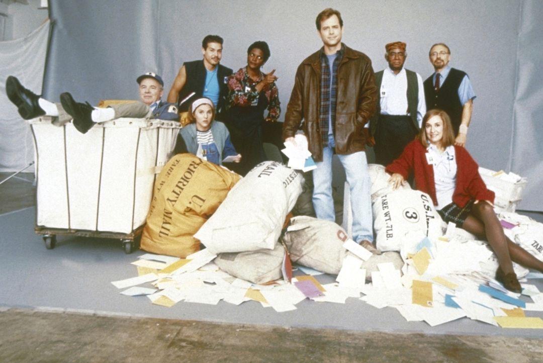 """Der Kleinganove Tom (Greg Kinnear, 4. v. r.) wird zu """"geregelter Arbeit"""" verurteilt und landet in einer abgelegenen Poststelle, die unzustellbare Br..."""