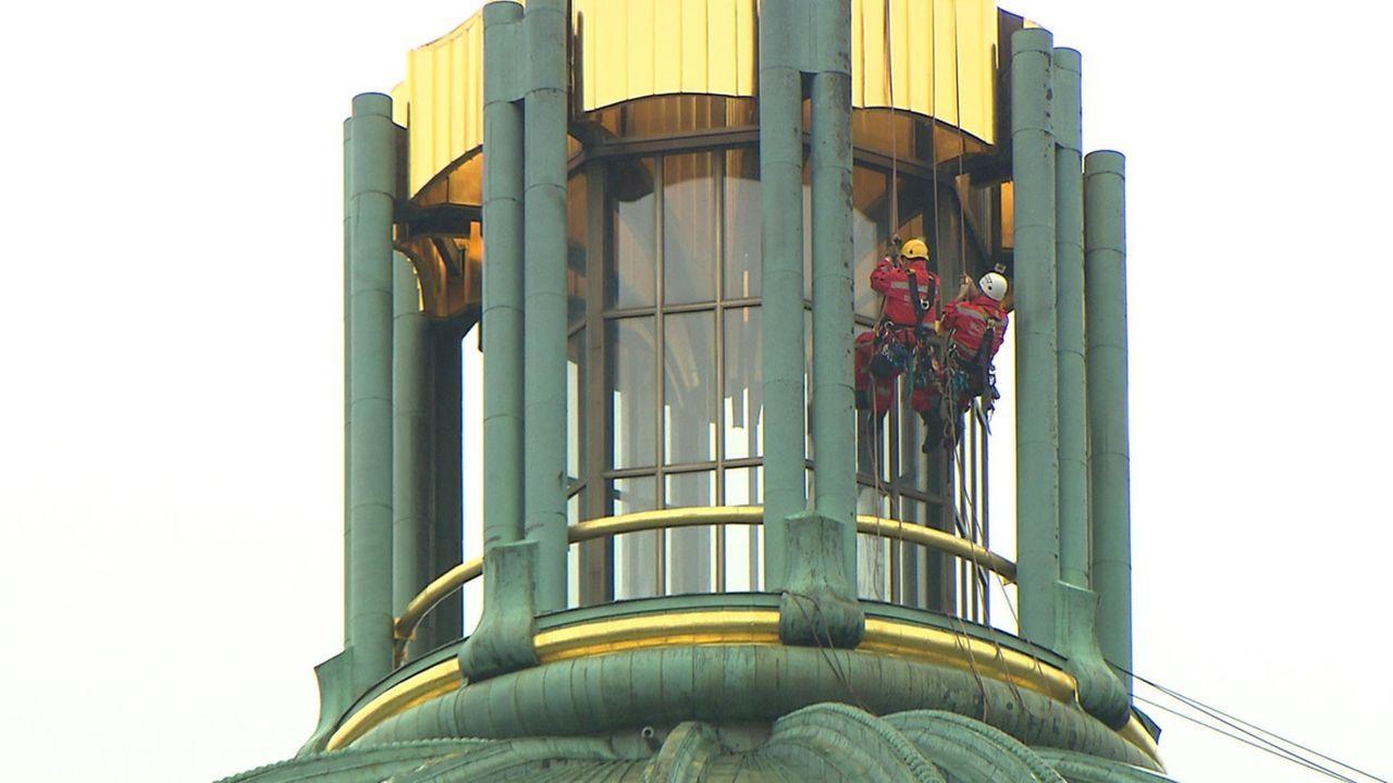 Dachdecker und Industriekletterer Thomas wartet zusammen mit seinem Kollegen Mike auf 114 Meter Höhe das goldene Kreuz vom Berliner Dom. Das 12,5 T... - Bildquelle: kabel eins
