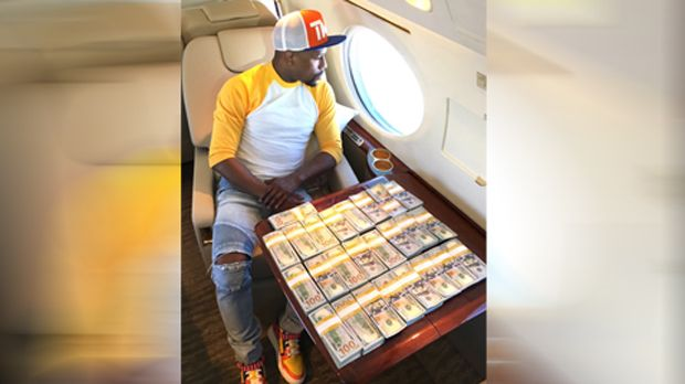 Mayweather mit Protz-Post im Flugzeug - Bildquelle: twitter@FloydMayweather