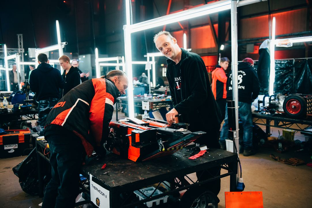 Setzen ihre Hoffnungen darauf, dass sich ihr selbst gebauter Roboter in der Kampfarena behaupten kann und als Sieger vom Platz geht: Team Thermidor II - Bildquelle: Andrew Rae
