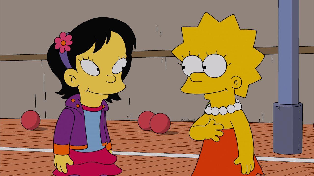 Lisa (r.) hat in Tumi (l.) aus der Nachbarklasse eine neue Freundin gefunden, die erstaunlicherweise dieselben Vorlieben wie sie hat: Gemüse, Smooth... - Bildquelle: 2013 Twentieth Century Fox Film Corporation. All rights reserved.
