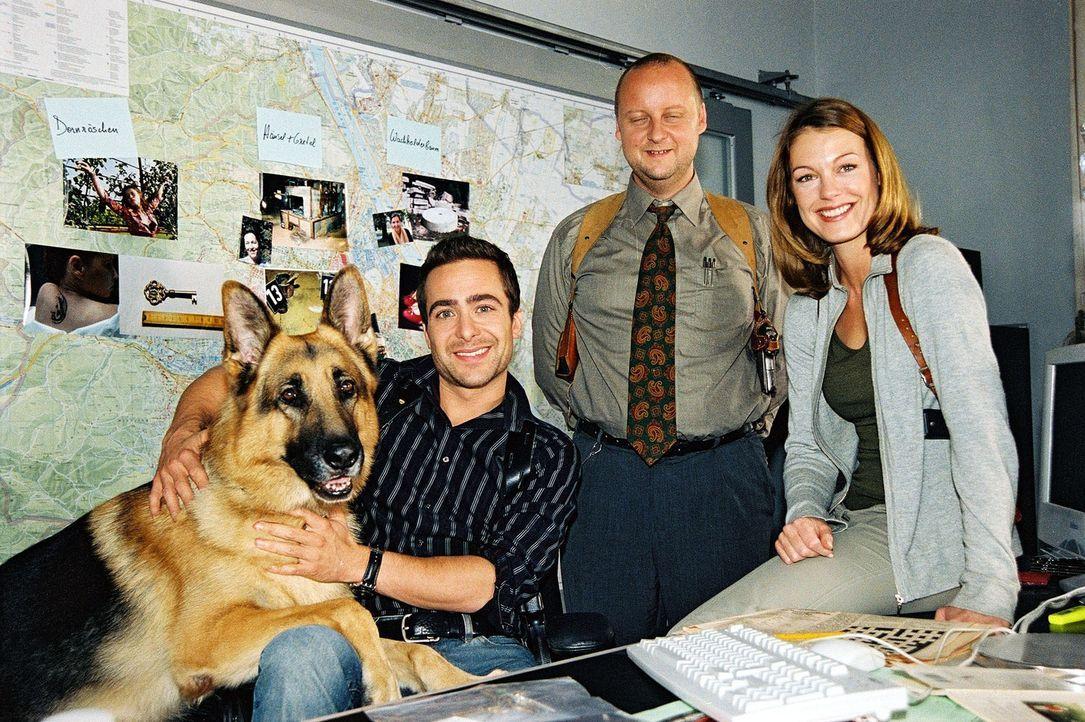 Rex, Marc (Alexander Pschill, l.), Kunz (Martin Weinek, M.) und Niki (Elke Winkens, r.) freuen sich über den gelösten Fall. - Bildquelle: Ali Schafler Sat.1
