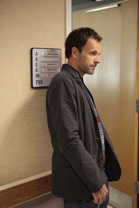 Möchte den Mord an schwachen und tödlich erkrankten Patienten eines Krankenhauses aufdecken: Sherlock Holmes (Jonny Lee Miller) ... - Bildquelle: CBS Television
