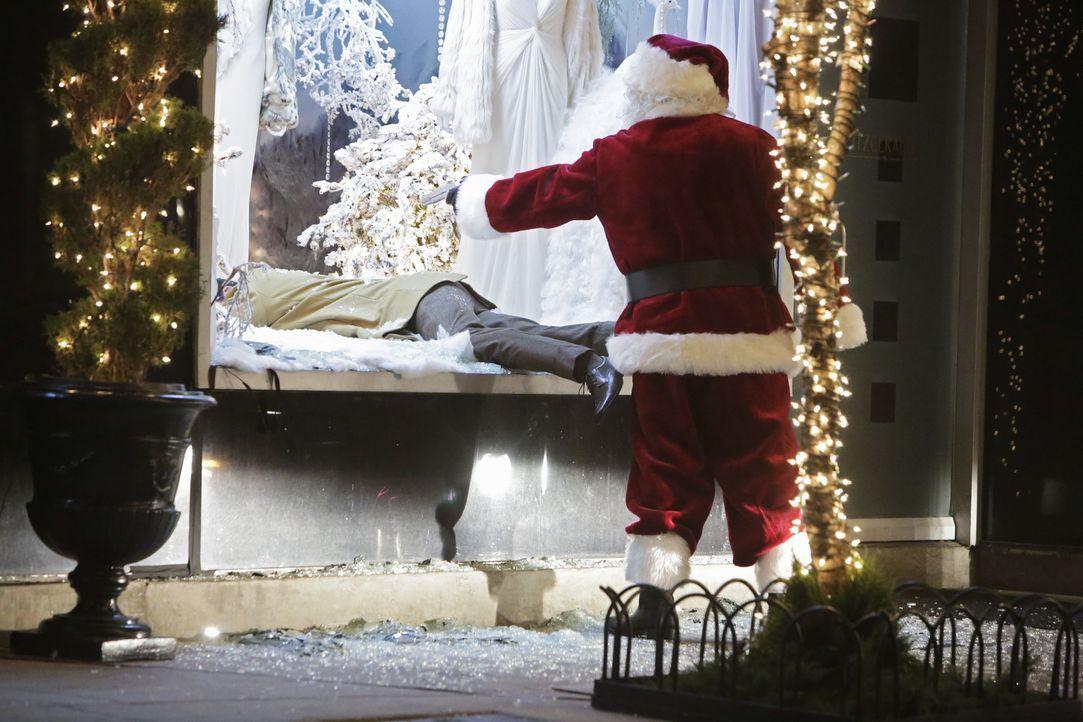 Dr. Eric Mercer (Paul Lacovara, l.) wurde von einem Weihnachtsmann auf offener Straße niedergeschossen. Das Team um Castle und Beckett beginnt mit d... - Bildquelle: ABC Studios