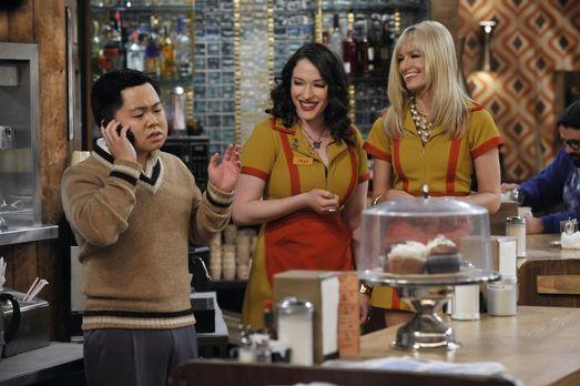 2 Broke Girls - Restaurantbesitzer Han (Matthew Moy, l.) hat ein immer größer...