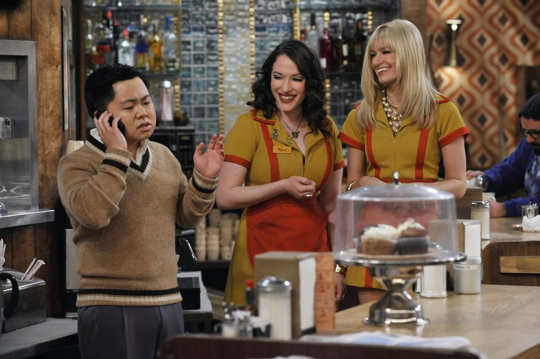 Restaurantbesitzer Han (Matthew Moy, l.) hat ein immer größeres Problem damit, dass sich seine Mitarbeiterinnen Max (Kat Dennings, M.) und Carolin... - Bildquelle: Warner Brothers