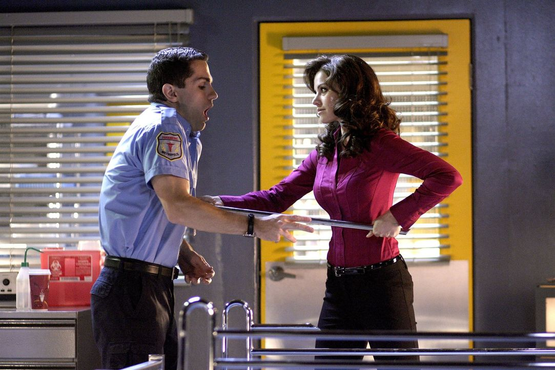 Die von Faora besessene Lois (Erica Durance, r.) ist enttäuscht von Cavis (Sam Witwer, l.). Er kann seine Bestimmung nicht erfüllen und verdient den... - Bildquelle: Warner Bros.