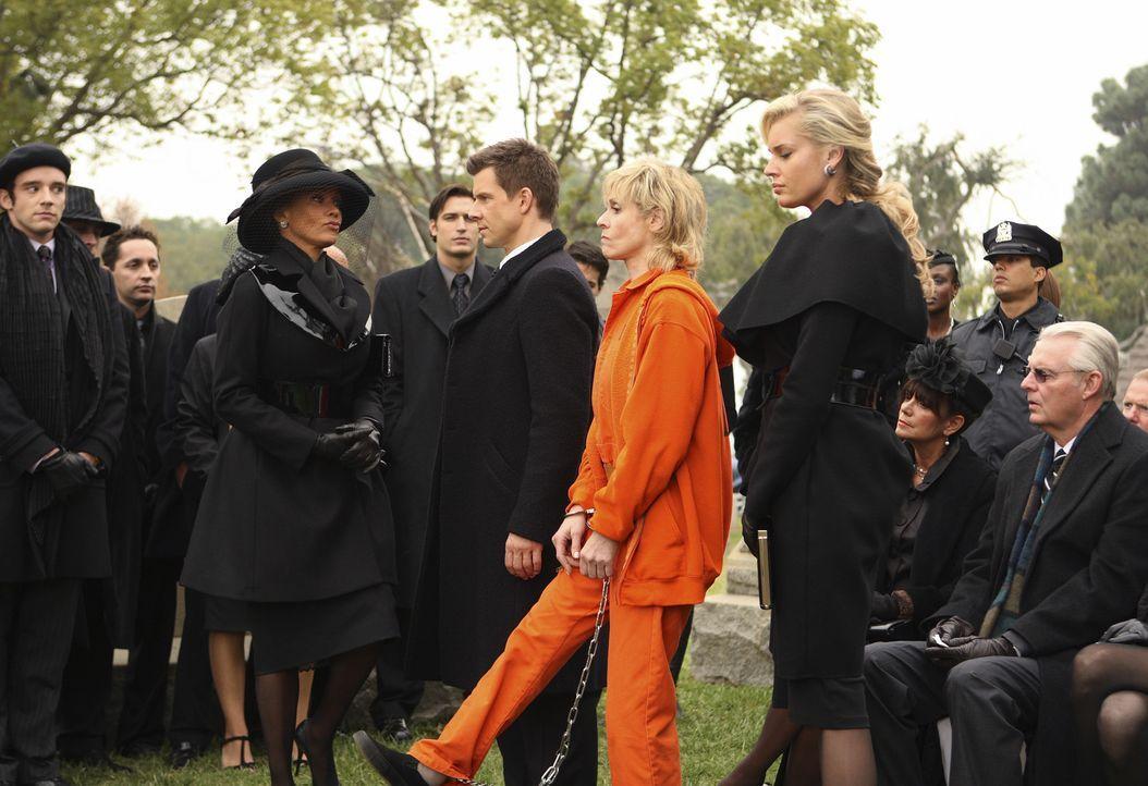 Damit hätte Wilhelmina (Vanessa Williams, l.) nie gerechnet: Claire (Judith Light, 2.v.r.), die zwischen ihren Kindern Daniel (Eric Mabius, 3.v.r.)... - Bildquelle: Buena Vista International Television