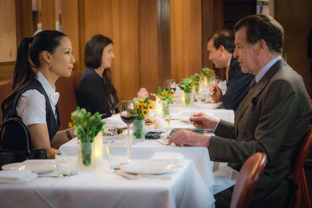 Was führt Morland (John Noble, r.) mit seiner Dinnereinladung für Joan (Lucy Liu, l.) im Schilde? Und warum will er Sherlock nicht dabei haben? - Bildquelle: Michael Parmelee 2015 CBS Broadcasting Inc. All Rights Reserved.