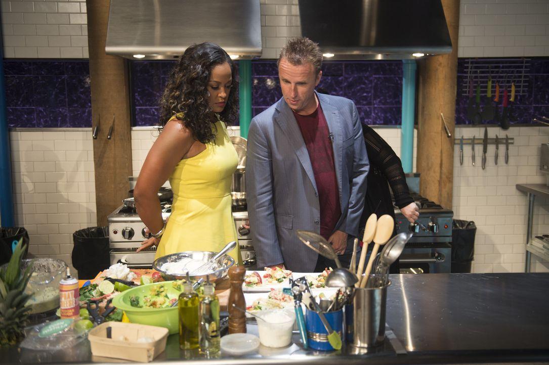 Sind gespannt auf die Gerichte der kleinen Meisterköche: Laila Ali (l.) und Marc Murphy (r.) ... - Bildquelle: Scott Gries 2015, Television Food Network, G.P. All Rights Reserved