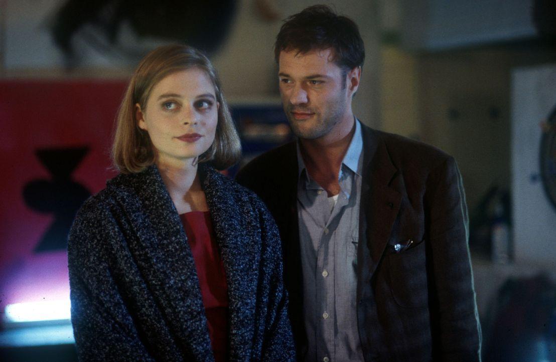 Endlich hat Robert (Sebastian Koch, r.) die geheimnisvolle Unbekannte, Caroline (Susanna Simon, l.), wiedergefunden. Doch die Freude ist nur von kur... - Bildquelle: Kurt Bauer ProSieben/Bauer