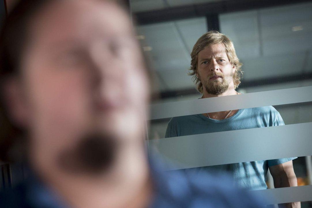 Ohne seinen ehemaligen Partner will Andreas nicht länger arbeiten, denn Micks (Henning Baum, r.) Vertretung (Daniel Zillmann, l.) erweist sich als... - Bildquelle: Martin Rottenkolber SAT. 1