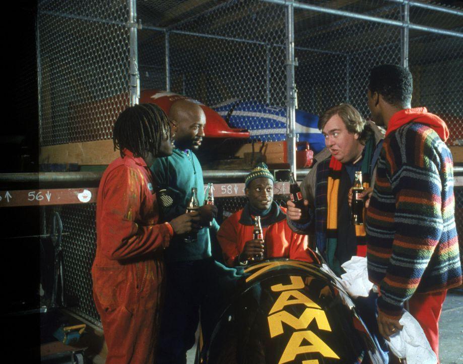 """Bringt dieser Bob die Jamaikaner sicher ins Ziel? (v.r.n.l.) Derice Bannock (Leon Robinson), Irwin """"Irv"""" Blitzer (John Candy), Junior Bevil (Rawle D... - Bildquelle: Disney"""