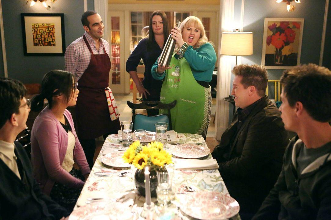 Kimmie (Rebel Wilson, r.) lädt ihren James zu einer Dinner-Party ein. Was sollte dabei schon schief gehen? Alles! Können Marika (Lauren Ash, M.) und... - Bildquelle: Warner Brothers