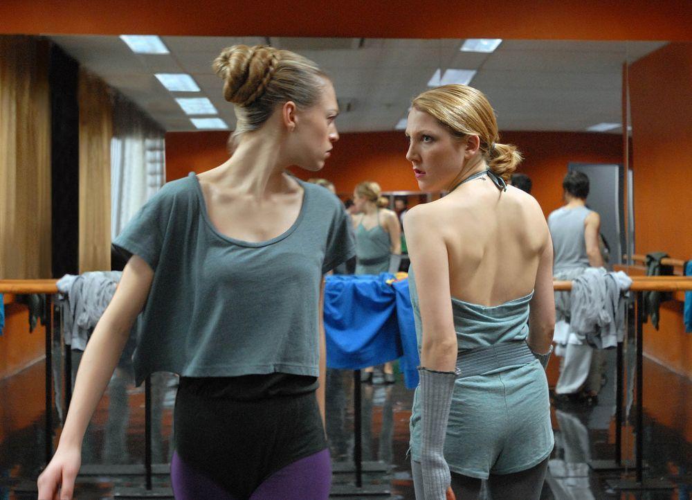 Zickenterror: Isabel (Nikola Kastner, r.) macht Anna (Julie Engelbrecht, l.) das Leben zur Hölle, denn auch sie will unbedingt die Rolle der Solot - Bildquelle: SAT.1