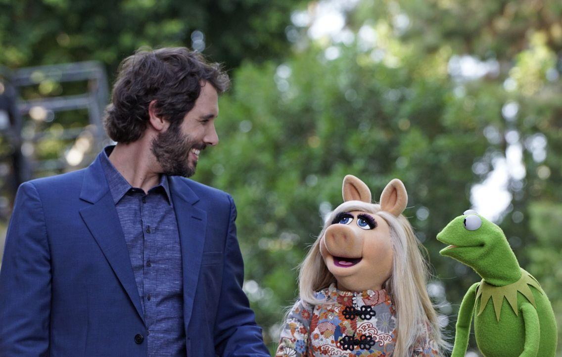 Kermit (r.) versucht Miss Piggy (M.) mit Sänger Josh Groban (l.) zu verkuppeln - doch wird ihm das wirklich gelingen? - Bildquelle: Eric McCandless ABC Studios