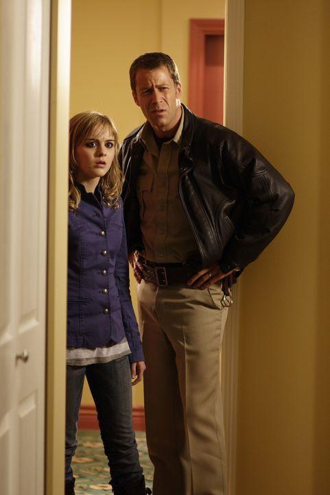 In Eureka ist nichts normal. Das müssen Jack Carter (Colin Ferguson, r.) und seine Tochter Zoe (Jordan Hinson, l.) immer wieder feststellen ... - Bildquelle: Universal Television