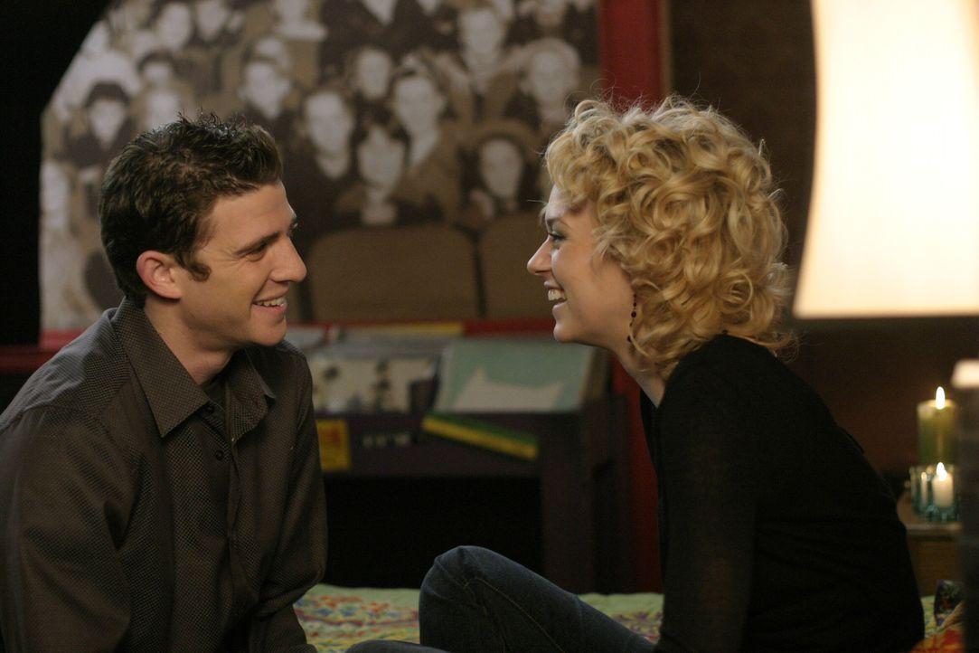Endlich ist es so weit: Peyton (Hilarie Burton, r.) und Jake (Bryan Greenberg, l.) haben ihr erstes Date ... - Bildquelle: Warner Bros. Pictures