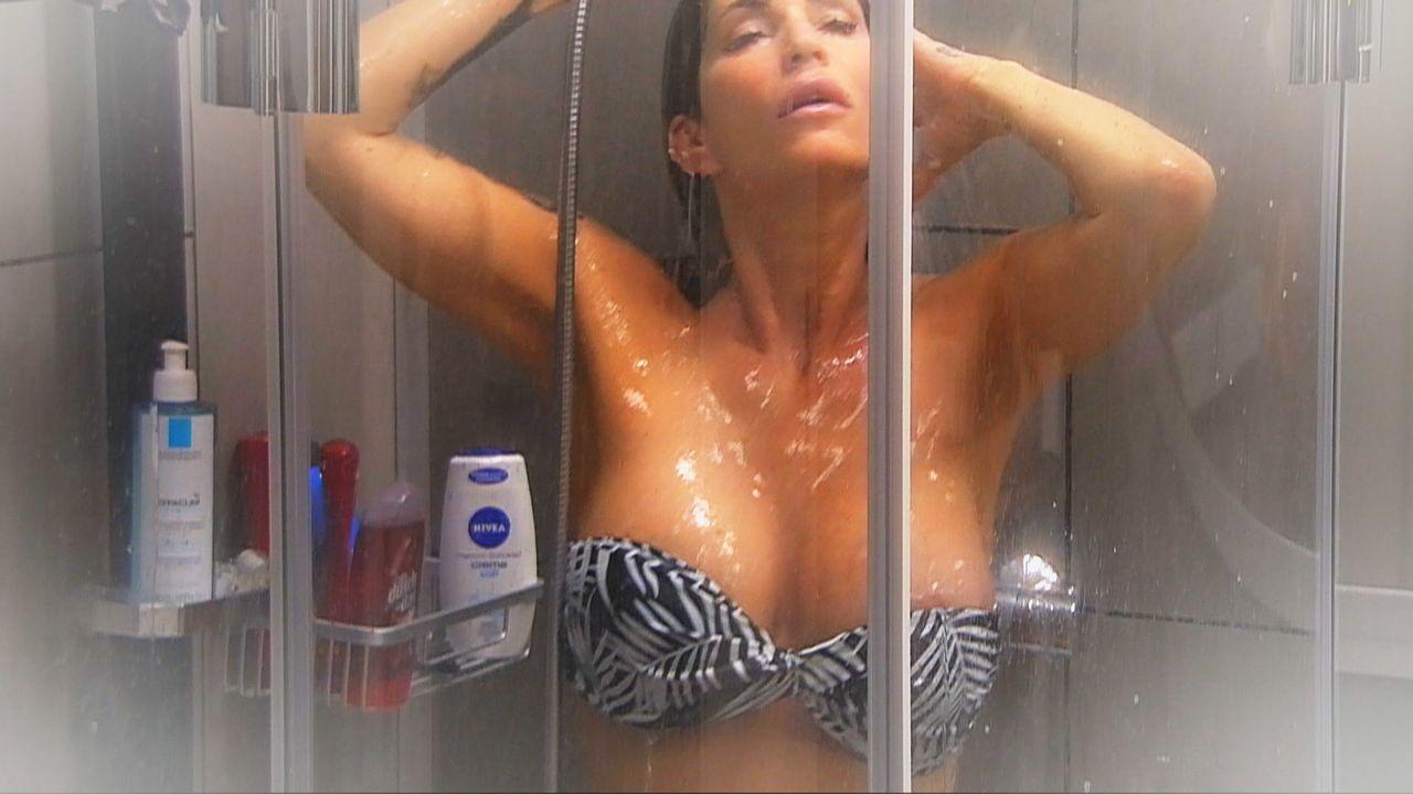 Sarah Kern duscht - Bildquelle: SAT.1