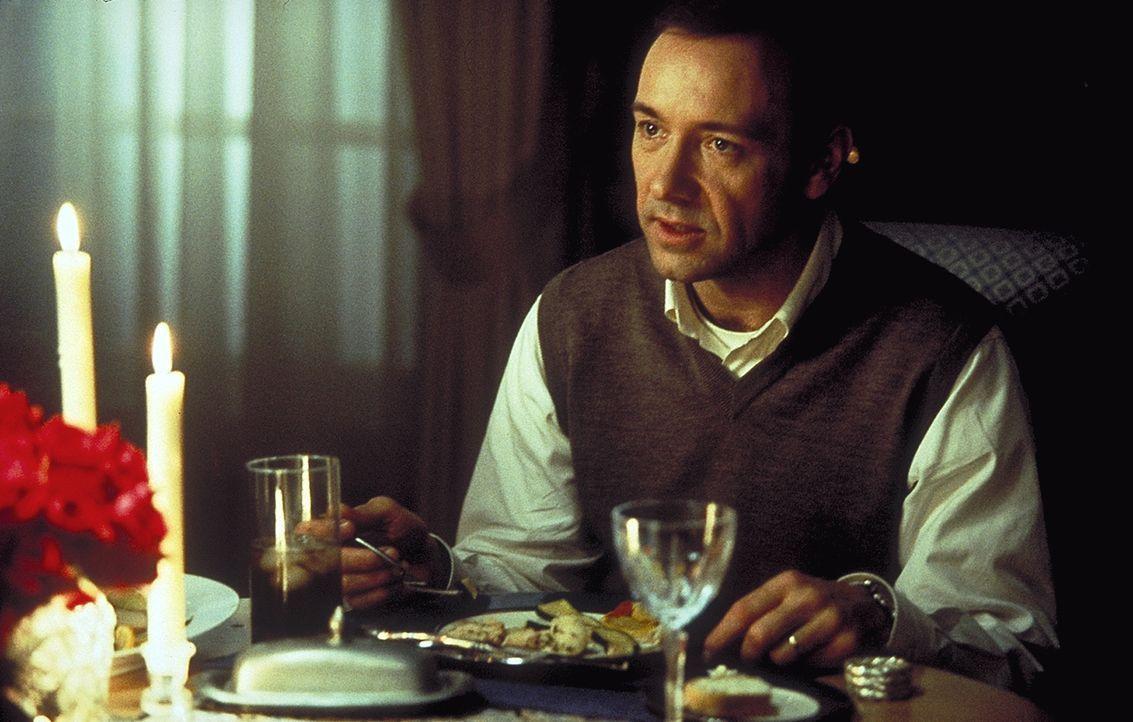 Schon seit langem fühlt sich Lester Burnham (Kevin Spacey) mehr tot als lebendig. Von Ehefrau und Tochter fühlt er sich nur ausgenützt. Da verliebt... - Bildquelle: Lorey Sebastian TM+  1999 DreamWorks LLC. All Rights Reserved.