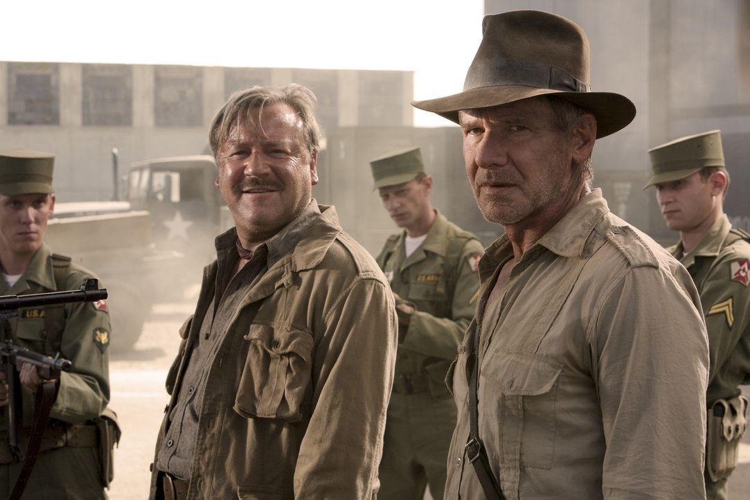 Nevada, 1957: Der Archäologe und Uni-Professor Indiana Jones (Harrison Ford, r.) und sein Kumpel Mac (Ray Winstone, l.) stecken in großen Schwieri... - Bildquelle: David James Lucasfilm Ltd. & TM. All Rights Reserved