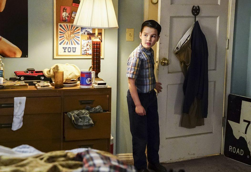 Ist es wirklich eine gute Idee von Sheldon (Iain Armitage), ausgerechnet Georgies Fähigkeiten im Lügen erlernen zu wollen? - Bildquelle: Warner Bros.