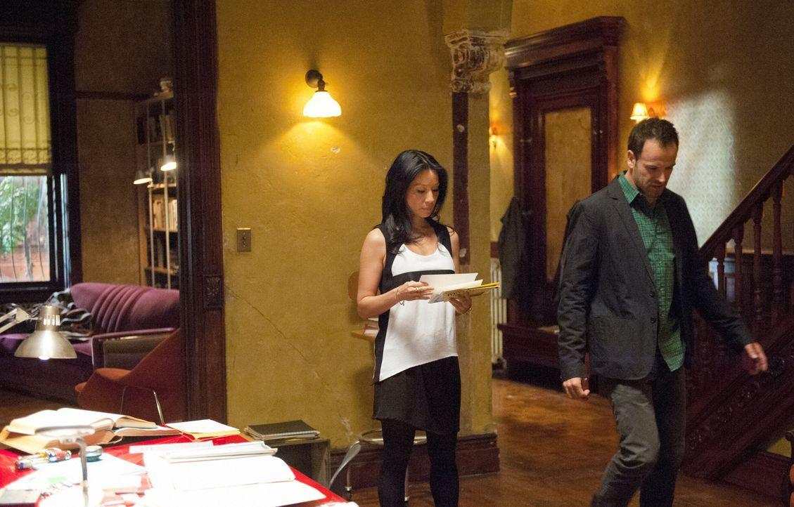 Watson (Lucy Liu, l.) möchte Holmes (Jonny Lee Miller, r.) für die Zeit nach ihrer Betreuung einen Begleiter vermitteln, der für ihn da ist, wenn er... - Bildquelle: CBS Television