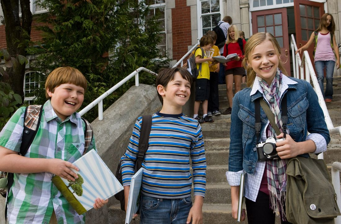 Kann die Siebtklässlerin Angie Steadman (Chloë Grace Moretz, r.) den beiden Frischlingen Rupert Jefferson (Robert Capron, l.) und Greg Heffley (Zach... - Bildquelle: 2010 Twentieth Century Fox Film Corporation. All rights reserved. DIARY OF A WIMPY KID, WIMPY KID and Greg Heffley image are trademarks of W