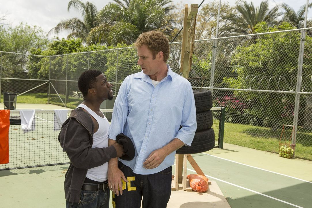 Dank Darnell (Kevin Hart, l.) muss der schwerreiche Hedge-Fonds-Manager James King (Will Ferrell, r.) ein knallhartes Training durchlaufen, das ihn... - Bildquelle: 2015 Warner Bros. Entertainment Inc. and Ratpac-Dune Entertainment LLC. All rights reserved.