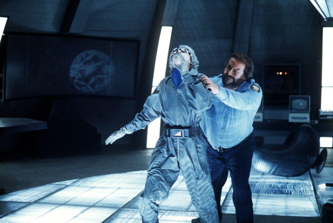 Mit schlagkräftigem Einsatz bekämpft Sheriff Craft (Bud Spencer, r.) die Außerirdischen ... - Bildquelle: Leone Film