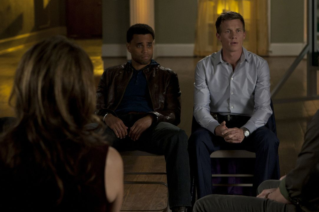 Ein ganz besondere Therapiesitzung: Travis (Michael Ealy, M.), Wes (Warren Kole, r.) und Dr. Emma Ryan (Sonya Walger, l.) ... - Bildquelle: 2012 USA Network Media, LLC