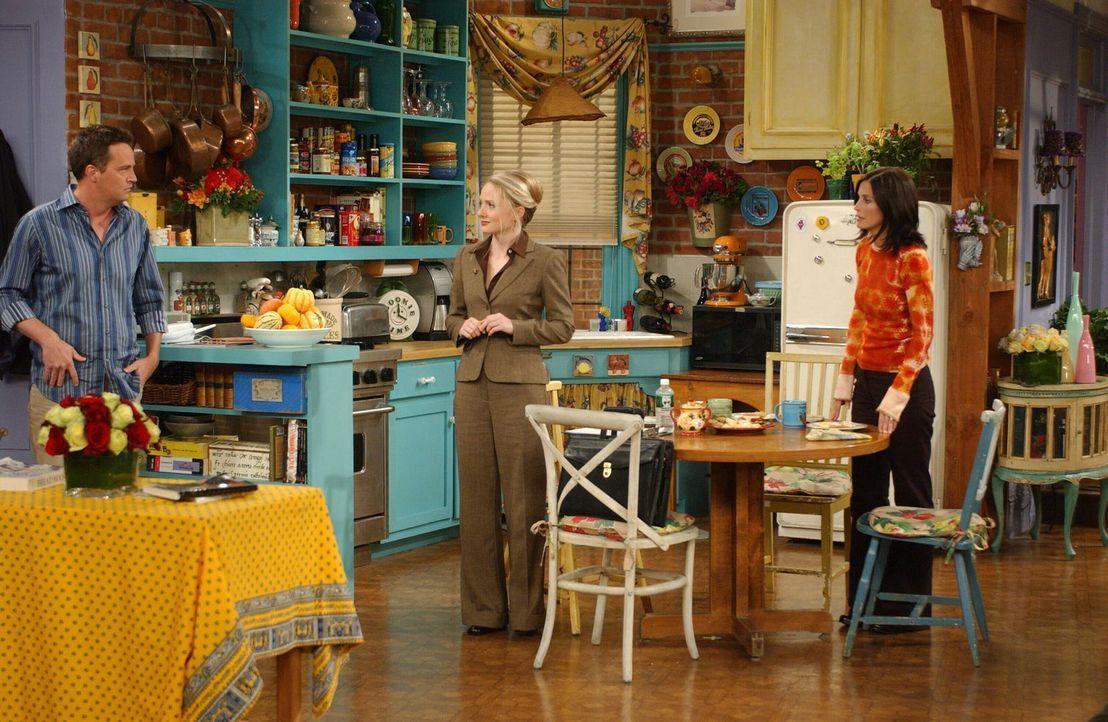 Der ersehnte Besuch der Adoptionsstelle kündigt sich an. Chandler (Matthew Perry, l.) und Monica (Courteney Cox, r.) geben ihr Bestes, um die Beamti... - Bildquelle: 2003 Warner Brothers International Television